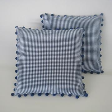 Bild von Kissen blau-weiss klein kariert mit Pompon