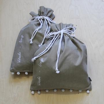 Bild von Wäschesack beige mit Pompons