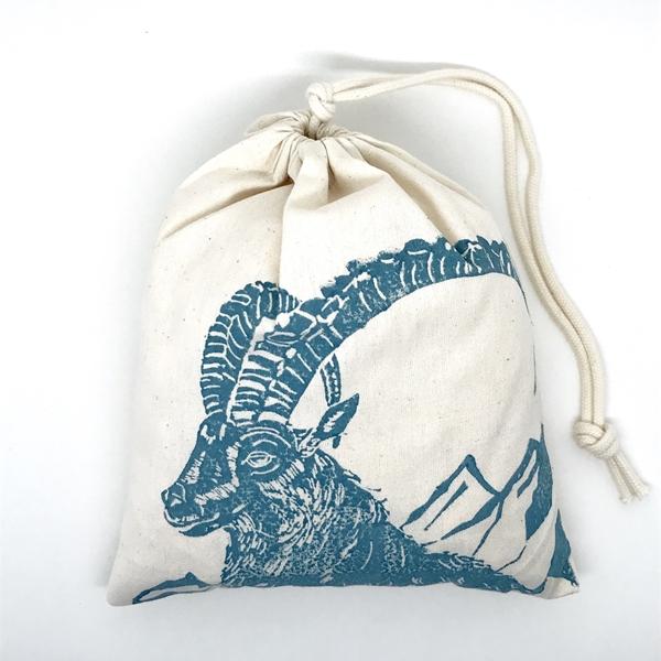 Bild von Baumwollbeutel mit Arvenflocken aus Bergün, Steinbock Blau