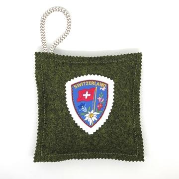 Bild von Kavallerietuchkissen (100% Wolle) Waldgrün, mit Stickabzeichen 'Switzerland', gefüllt mit Arvenflocken aus Bergün