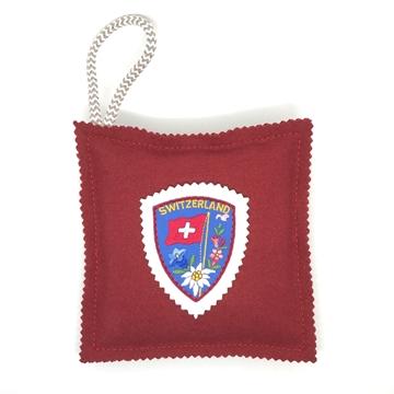 Bild von Kavallerietuchkissen (100% Wolle) Rot, mit Stickabzeichen 'Switzerland', gefüllt mit Arvenflocken aus Bergün
