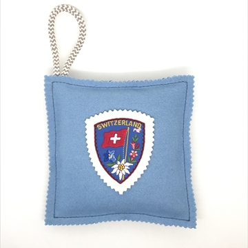 Bild von Kavallerietuchkissen (100% Wolle) Hellblau, mit Stickabzeichen 'Switzerland', gefüllt mit Arvenflocken aus Bergün