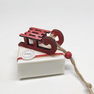 Bild von Seifenblock 100g Nr. 6, Holzschlitten rot