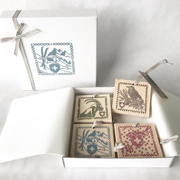Bild von Arvenholzanhänger-Geschenkbox Winter,  bedruckt mit Sujets von Désirée Fischli